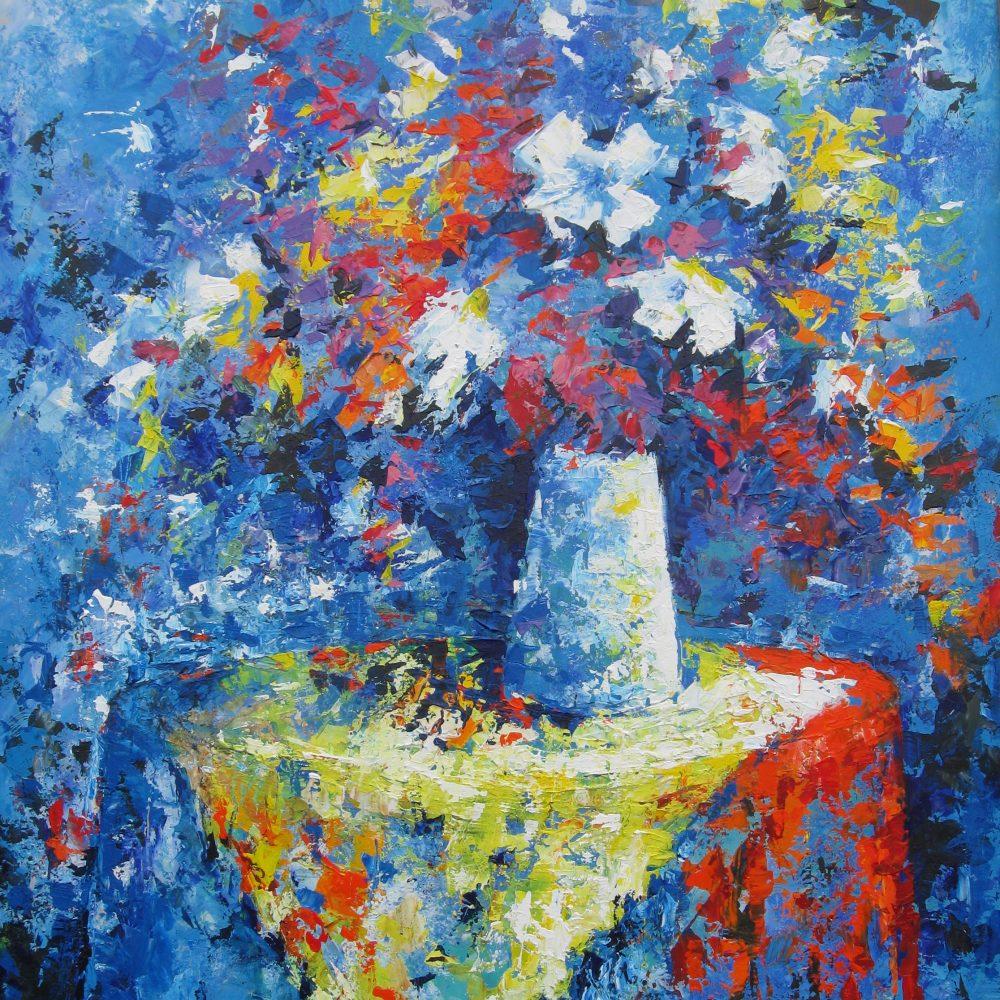 Vaas met bloemen op geel tafelkleedje